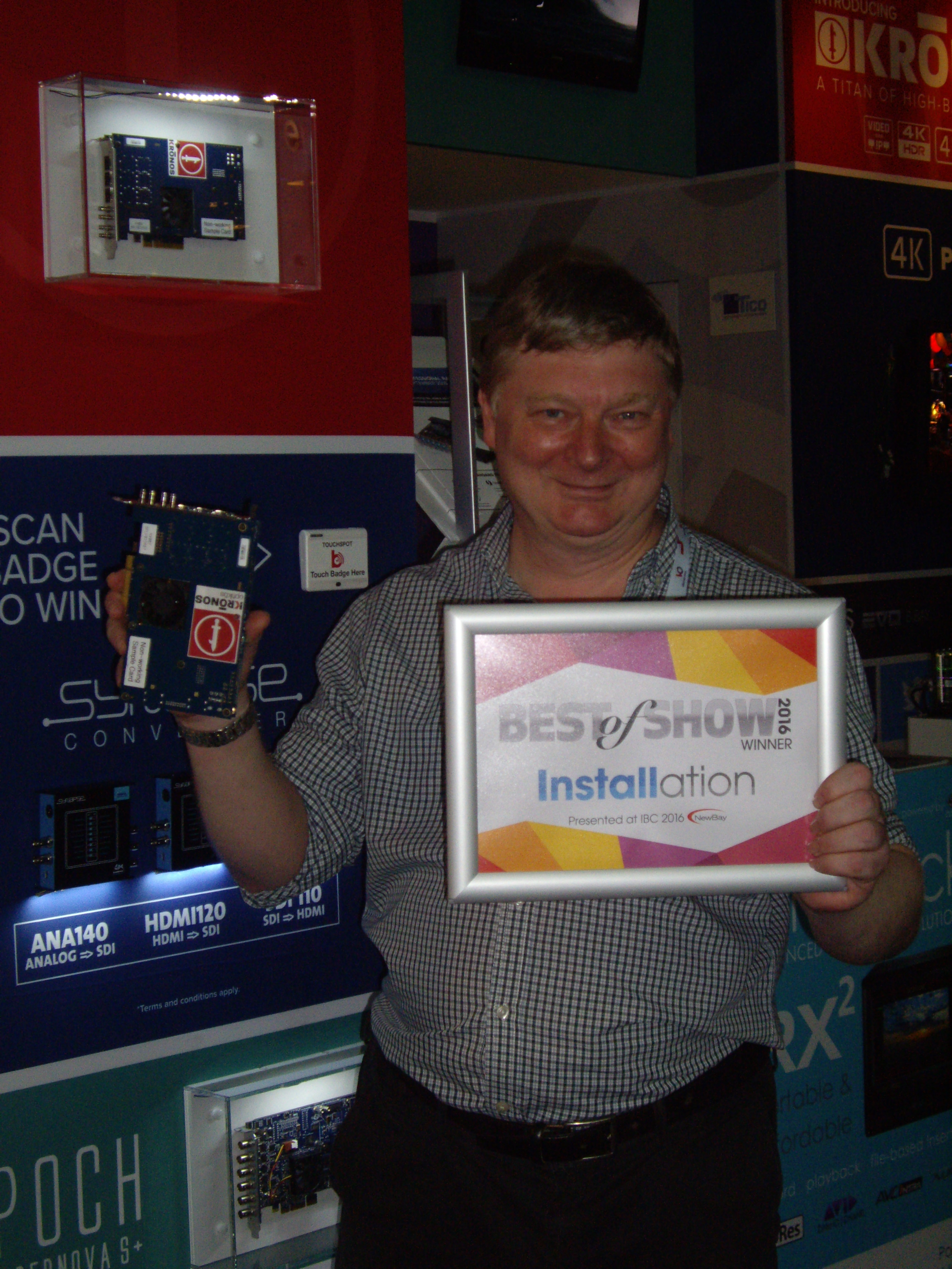 Bluefish444_Jonathan with Installation Awards and Kronos Card_IBC 2016